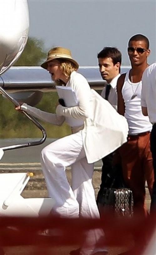 Певица и её семья на аэродроме Биарицца - звезда прилетела на частном самолёте