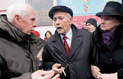 Владимир ЗЕМЛЯНИКИН философствовал с коллегами Владимиром СУВОРОВЫМ и Марией КНУШЕВИЦКОЙ о бренности бытия