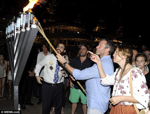 Олигарх собственноручно зажег факел.