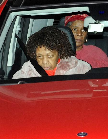 Мама Уитни ХЬЮСТОН выезжает из агентства, которое занимается организацией похорон певицы