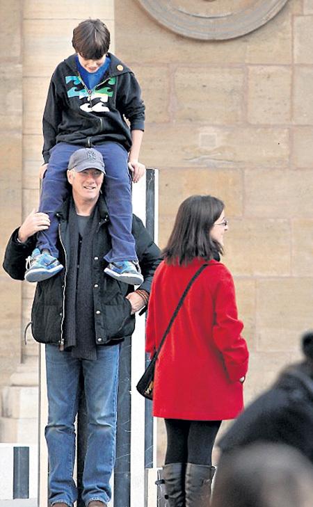 В 62 года Ричарду ГИРУ по плечу поднять даже 12-летнего сына (справа - Кэри ЛОУЭЛЛ)