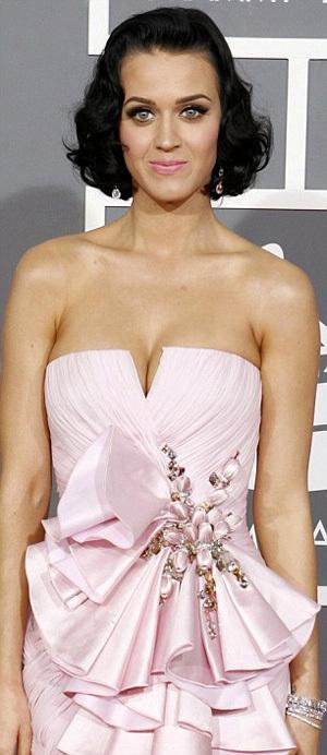 Это платье ПЕРРИ стало одним из самых заметных модных провалов артистки - фото The Daily Mail
