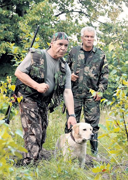 Лес, где проходила основная часть съёмок, настолько большой и глухой, что в нем легко заблудиться (на фото актеры Алексей БУЛДАКОВ и Анатолий КОТЕНЕВ)