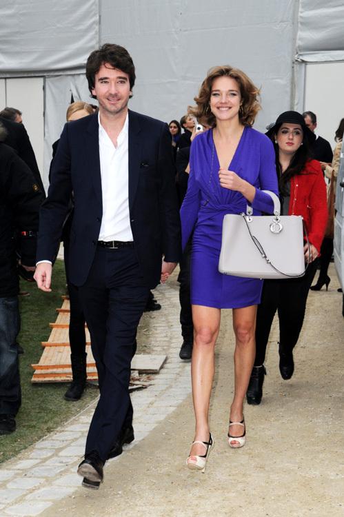 На показ Dior Наташа пришла рука об руку со своим женихом Антуаном АРНО