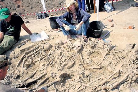 На месте строительства торгового центра обнаружили братские могилы