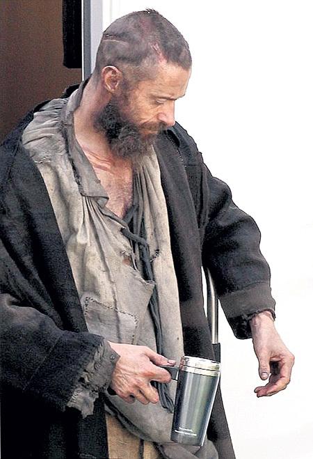 В роли бездомного беглого каторжника...