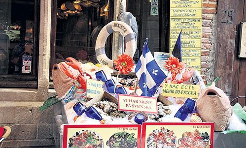 Клиентов завлекают всем, чем могут: красочно оформленными витринами, россыпями морепродуктов и меню на разных языках