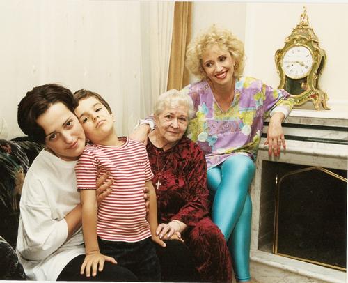 Благодаря Серафиме Михайловне в доме певицы всегда царил уют. Ирина АЛЛЕГРОВА с мамой, дочерью Лалой и внуком Сашей.