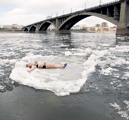 Чтобы поскорее пришла весна, русские женщины готовы топить лёд теплом своего тела