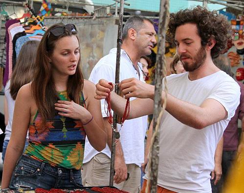 Лейтон и Аарон накупили три сумки поделок бразильских мастеров на все руки