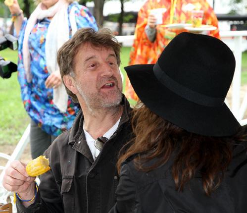 Артист не обращал ни малейшего внимания на свою соседку Оксану ФАНДЕРУ (фото Бориса КУДРЯВОВА)