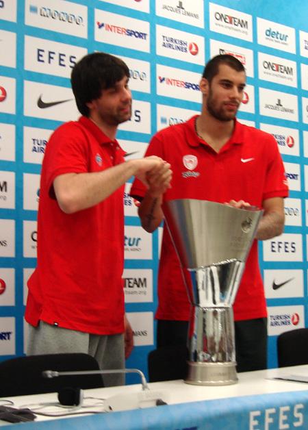 Армеец Милош ТЕОДОСИЧ (слева) прикоснулся к Кубку Евролиги, но завоевать его не смог. Зато стал чемпионом России
