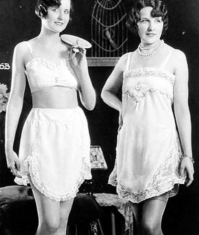 В 1907 году журнал «Vogue» опубликовал первые фото бюстгальтеров под названием «brassière», которые отдаленно напоминают современные