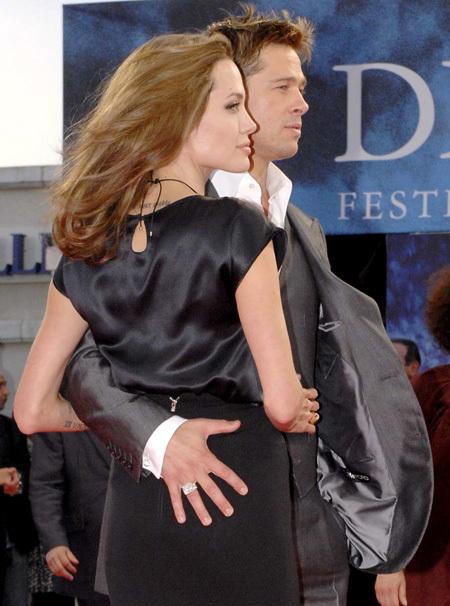 На красной ковровой дорожке Брэд ПИТТ никогда не упускает случая приобнять Анджелину (фото Splash/All Over Press)