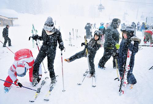 В горах Куршевеля Яна с детьми каталась на лыжах в сильнейший снегопад