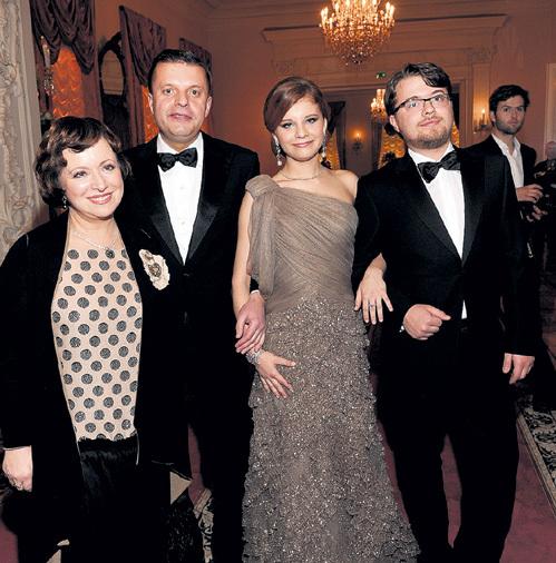 Дружная семья: мама Лена, папа Лёня, дочка Маша и сын Ваня (осень, 2011 г.)