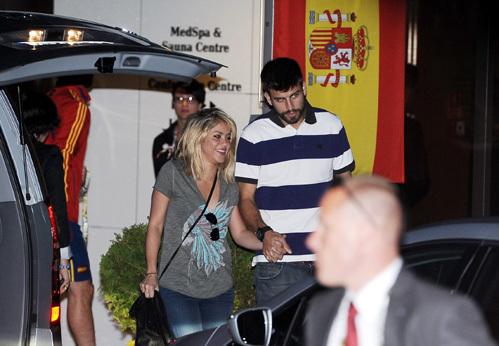 Шакира и Жерар ПИКЕ в Гданьске. Певица уже тогда носила просторные футболки