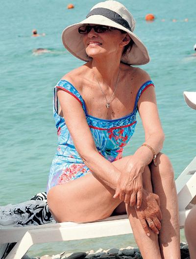 Светлана ТОМА пряталась от любопытных зевак под солнцезащитными очками и миленькой шляпкой