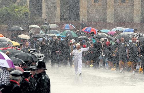 Эстафета олимпийского огня по территории Великобритании прошла под проливным дождём - факел постоянно приходилось зажигать заново