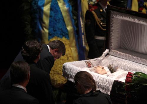 Президент Украины Виктор Янукович на церемонии прощания с актёром Богданом Ступкой в театре имени Ивана Франко в Киеве