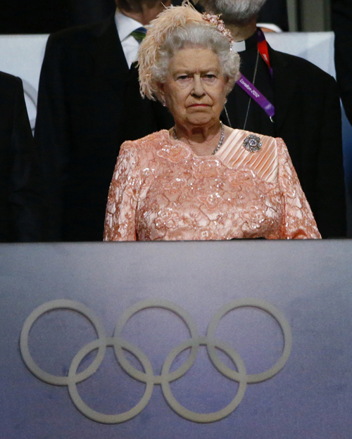 ...и в следующий момент настоящая Елизавета II появилась на трибуне.