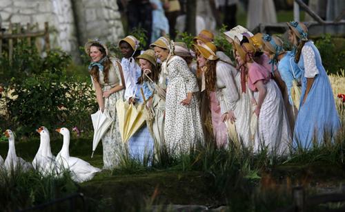 Церемонию открыли сцены из истории Великобритании - от пасторальной Англии...