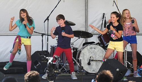 Девочка выступила на сцене вместе с друзьями.