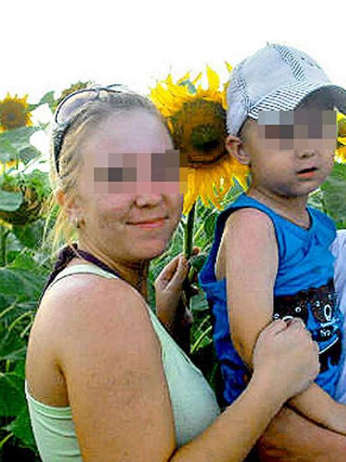 Вытащенный бабушкой из петли Егор со своей мамой: сейчас мальчик живет в Магнитогорске и возвращаться в папину деревню не хочет.