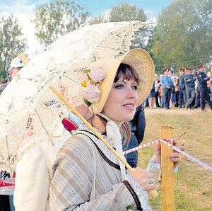 Девушки в костюмах XIX века воссоздают колорит эпохи