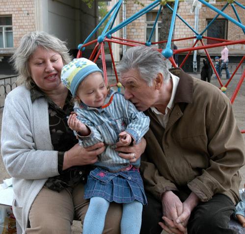 Александр БЕЛЯВСКИЙ с женой Людмилой и дочкой Сашей во дворе своего дома (фото Ларисы КУДРЯВЦЕВОЙ).