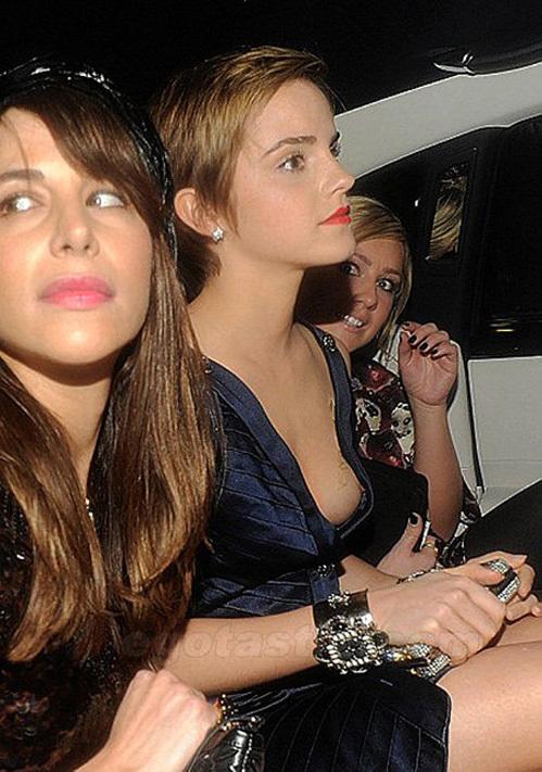 Глубокий вырез как-то подвел звезду на модном показе. Фото: egotastic.com