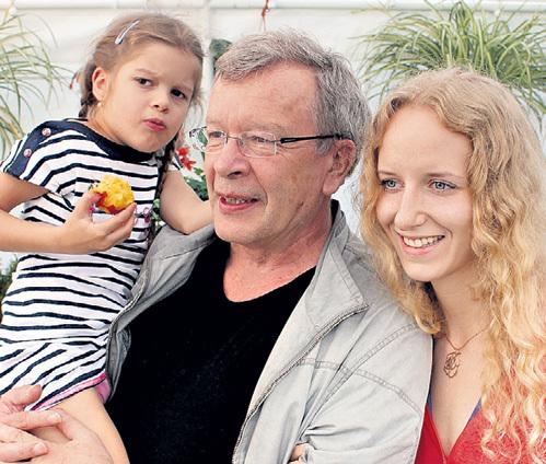 Писатель с нынешней женой Екатериной и дочкой Майей