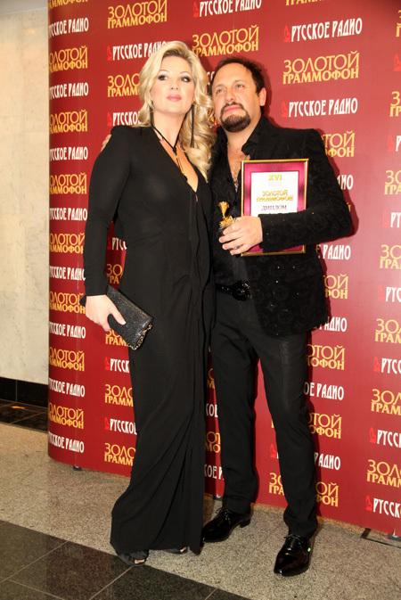 Стас МИХАЙЛОВ с женой (фото Бориса КУДРЯВОВА)