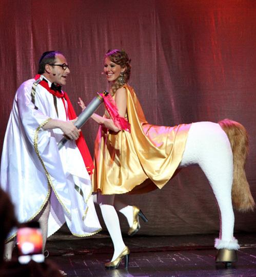 Однажды Ксения даже воплотила на сцене образ лошади - во время вручения премии =Серебряная калоша=-2012 (фото Бориса КУДРЯВОВА)