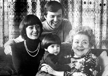 Вика с мужем-пилотом Фредериком Ричардом ПОУИ, сыном Крисом и мамой - Зоей ФЁДОРОВОЙ