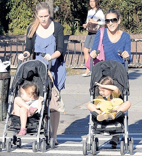 О близнецах заботятся не только родители - Сара Джессика ПАРКЕР (справа) и Мэттью БРОДЕРИК, но и няня