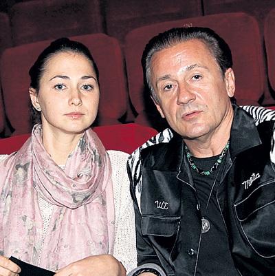На премьеру МЕНЬШИКОВ пришёл с женой Настей