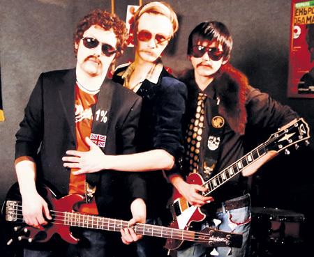 Раньше РОЖНОВ (в центре) играл в группе «Коко Хаус» вместе с приятелями Димой и Сашей. Участники коллектива выступали в эксцентричных образах