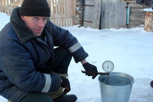 Сергей ШТЫРОВ измеряет воду в присутствии корреспондента «ЭГ»