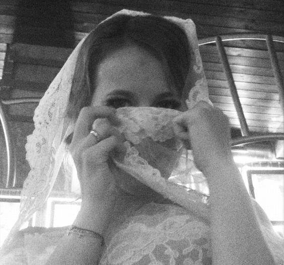 Ксения СОБЧАК и ее обручальное колечко (фото из блога Ники БЕЛОЦЕРКОВСКОЙ)