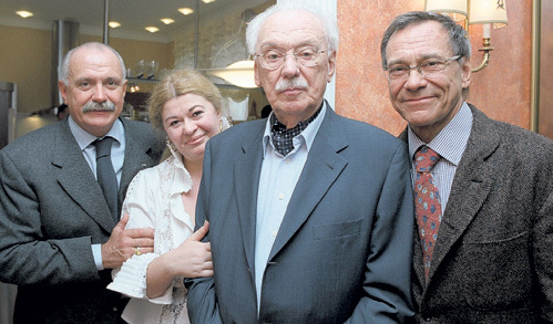 Сергей МИХАЛКОВ с женой Юлией СУББОТИНОЙ и сыновьями Никитой и Андроном. Фото: «ИТАР-ТАСС»