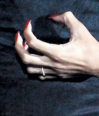 ...а РИАННУ утешило колечко на пальчике