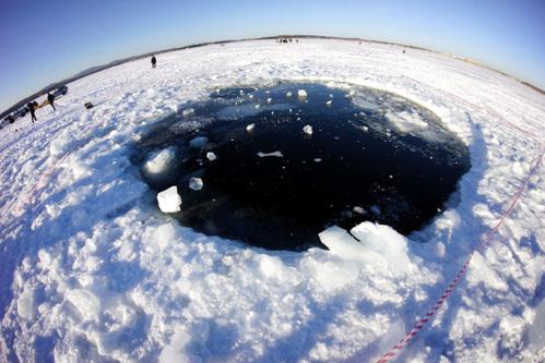Глава Чебаркуля лично исследовал озеро, куда упал метеорит. А теперь думает, как обратить визит небесного тела во благо вверенной ему территории