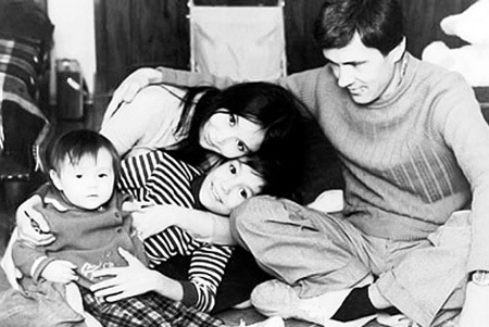 После расставания с КУПЧЕНКО ДВИГУБСКИЙ (справа) женился на АРИНБАСАРОВОЙ. На фото пара с дочкой Катей и сыном Егором, которого Наталья родила от КОНЧАЛОВСКОГО