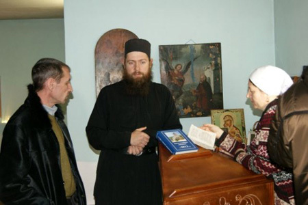 Отец Дмитрий (в центре) великодушно предоставил беженцам из Александрии собственное жильё