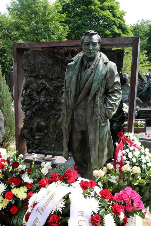 Вячеслав тихонов памятник новодевичье кладбище ограда на могилу из нержавейки в москве