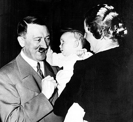 Фюрер позволял дочери рейхсмаршала Эдде тискать себя за щёки и таскать за усы