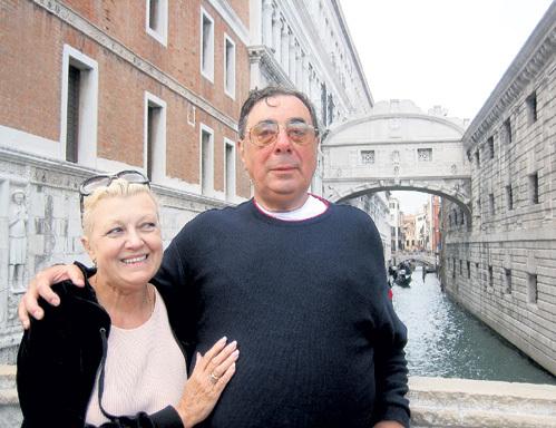 Супруги обожают путешествовать (в Венеции, у моста вздохов)
