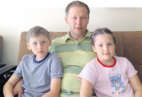 Недавно Артём (на фото с папой и сестрой Лизой) отметил свой первый в новой жизни день рождения