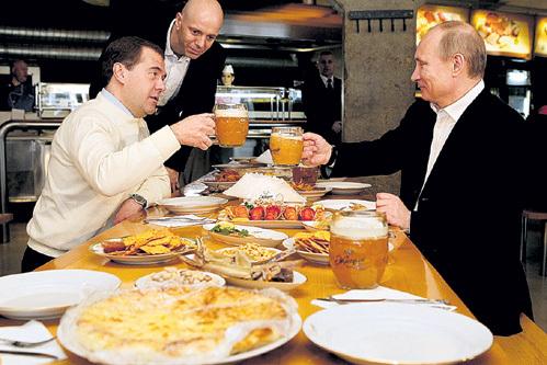 Президент иногда с удовольствием пьёт пивко под сосиски, как на фото с Дмитрием МЕДВЕДЕВЫМ. Но предпочитает красное вино и рыбу